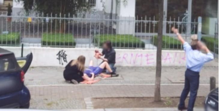 fotografía capturada por Google Street View en el momento de un parto en el suelo