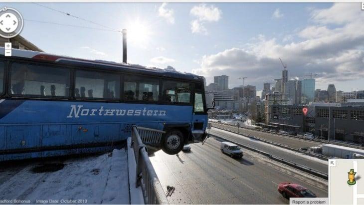 fotografía de un autobús a punto de caer a una carretera