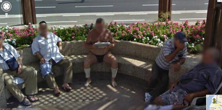 Extraña fotografía de un hombre leyendo el periódico en una calle solo en ropa interior