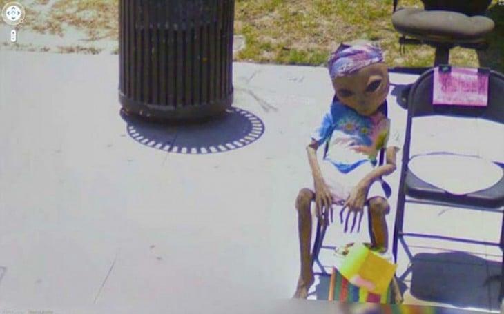 Fotografía extraña de Google street view donde parece ser un extraterrestre sentado