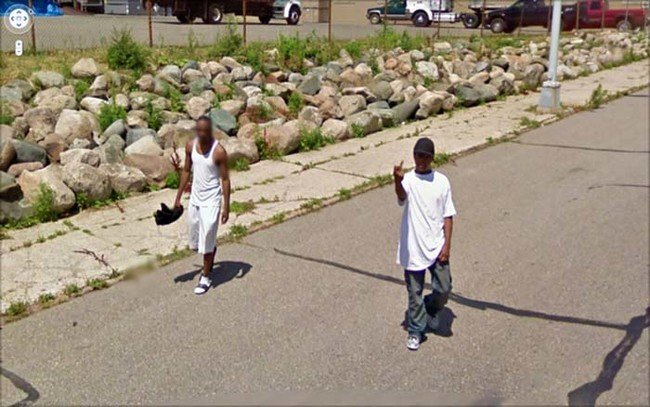 Chico haciendo una seña obsena al carro de Google Street View
