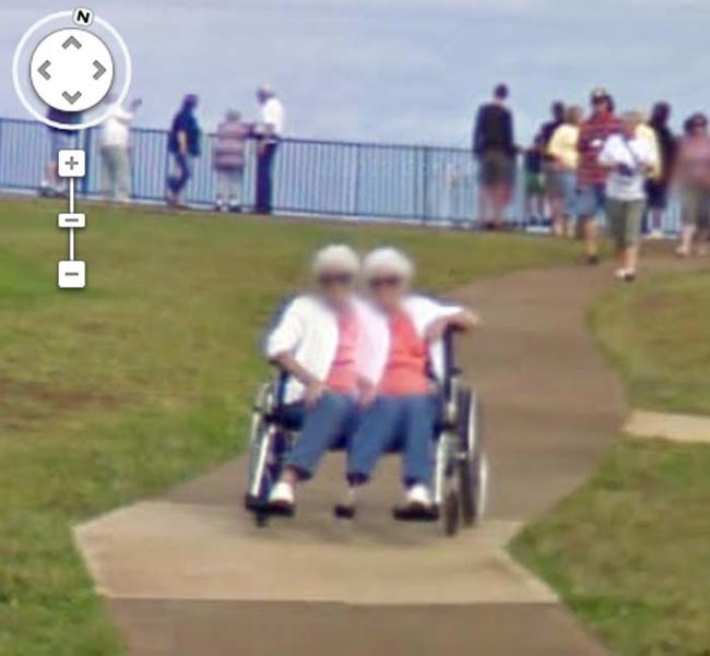 fotografía un poco extraña de una mujer doble en silla de ruedas