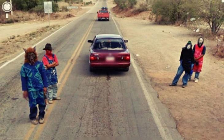 Personas con máscaras de películas de terror en una carretera