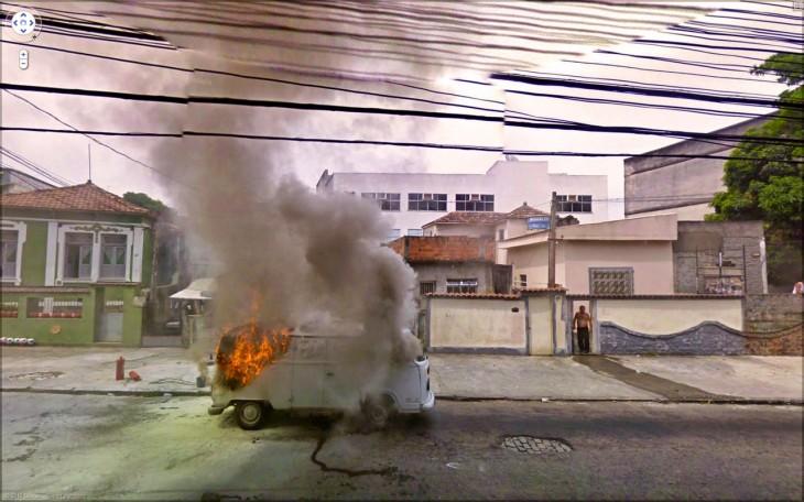 Furgoneta en llamas a fuera de una casa