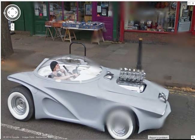 Google Street View de un chico que parece andar en un coche del futuro