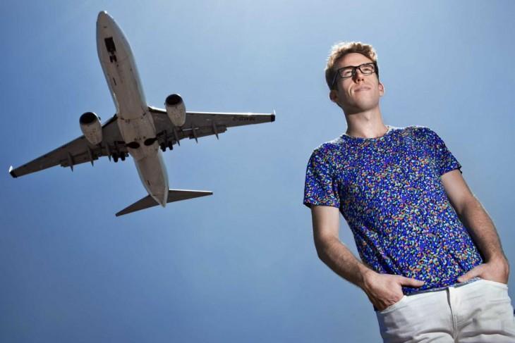 Ben Schlappig bajo el avion cuando va pasando