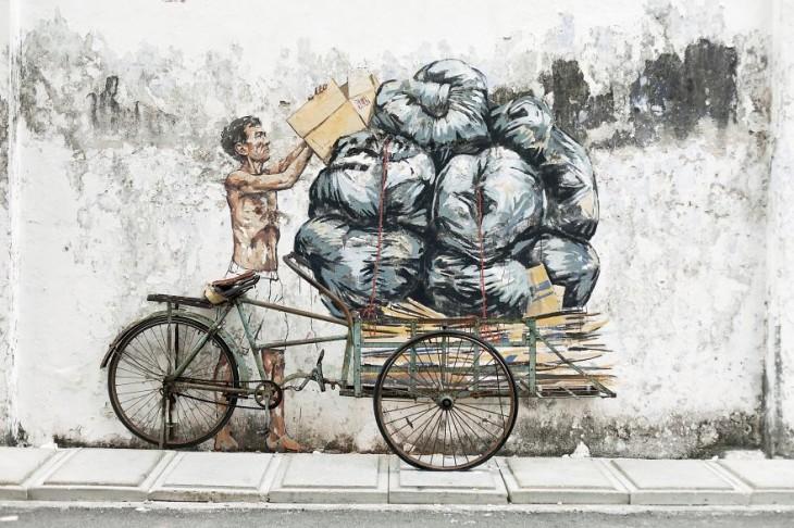 Anciano apilando basura en un triciclo