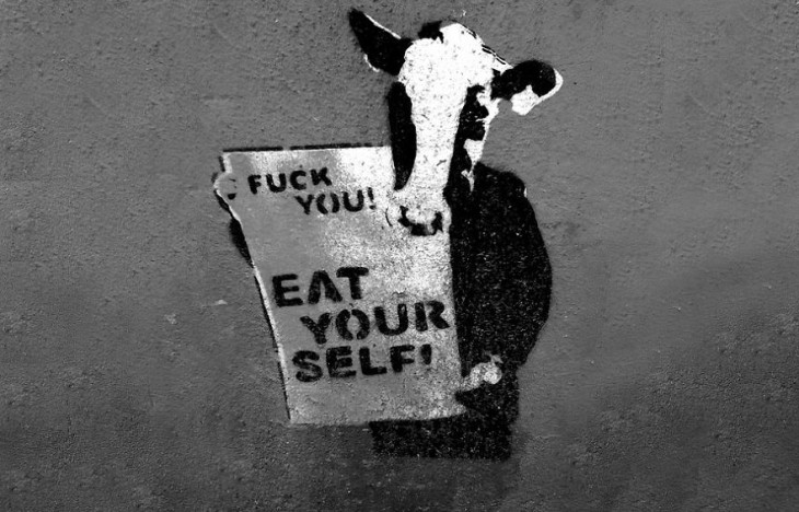 Vaca con un letrero donde dice que te comas a ti mismo