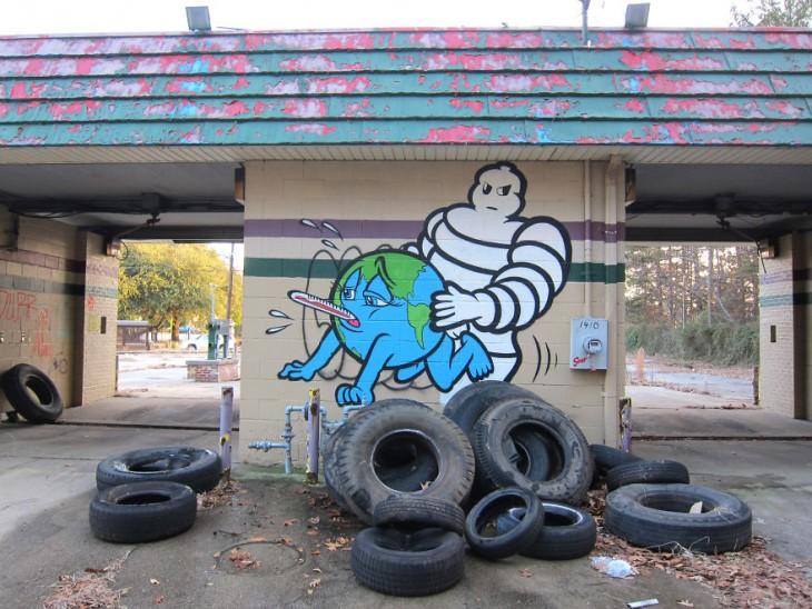 desenho de um globo com o macaco por trás dos pneus Michelin