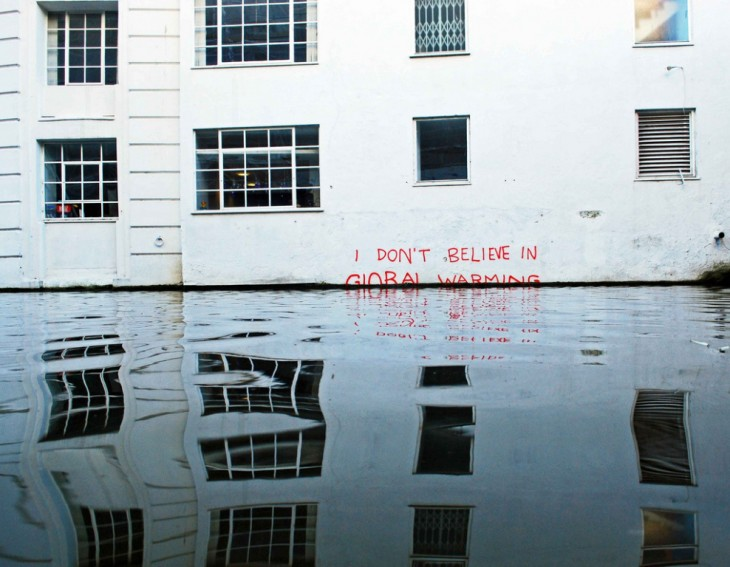 """Grafite em um muro com a frase """"não acredita no aquecimento global"""""""