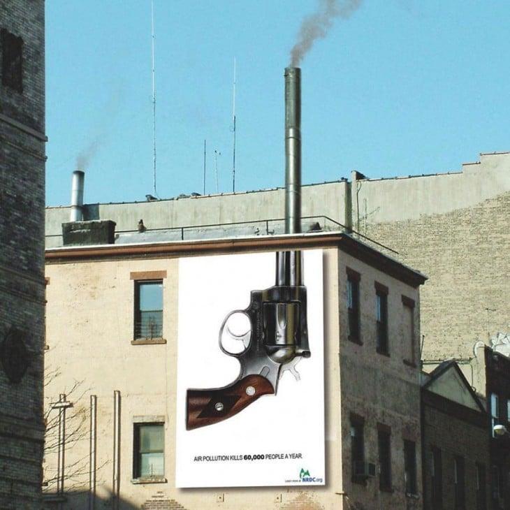 anuncio de una pistola que termina en el tubo de un negocio donde sale humo