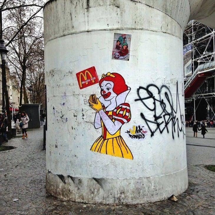 grande stiker teve com um branco MacDonalds cobertas de neve e prestes a comer um hambúrguer