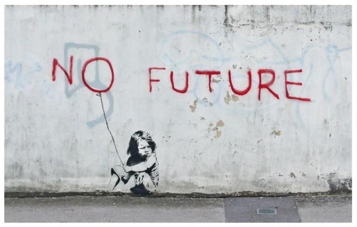 """Grafiti en la pared donde esta una niña sentada bajo un letrero que dice """"No future"""""""
