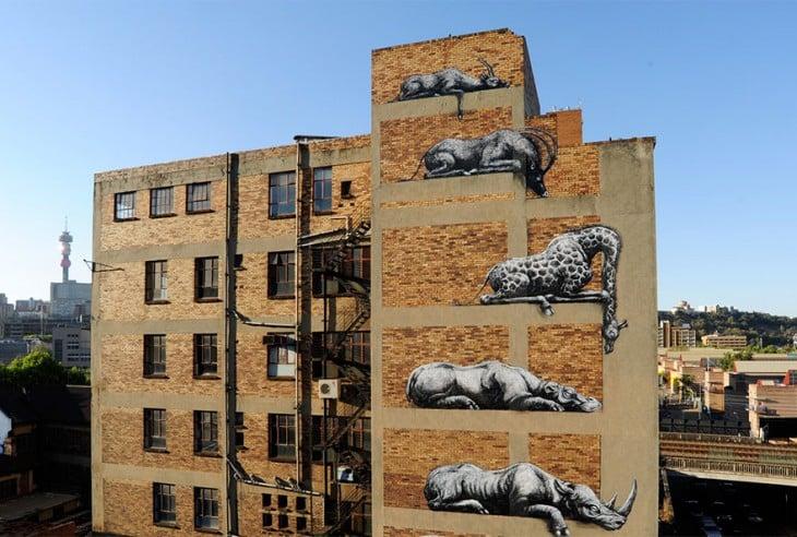 Pared de edificio donde en cada piso tiene un animal dibujado