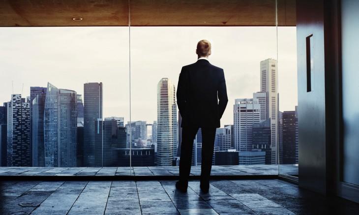 Hombre formal mirando a través de una ventana