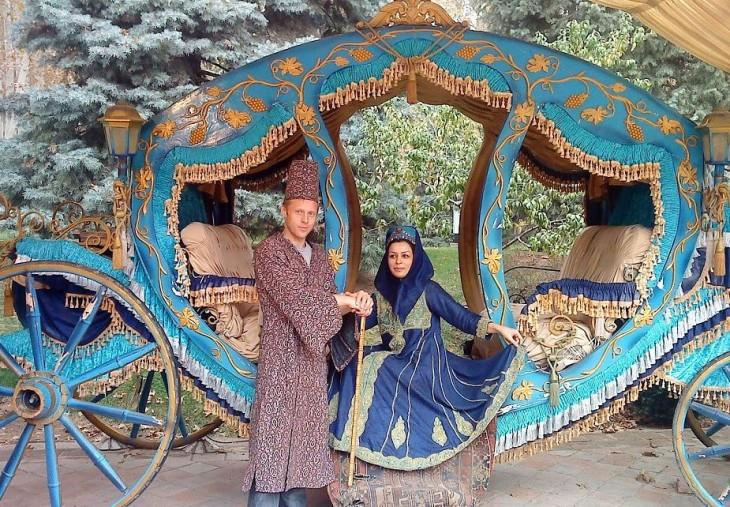 Gunnar Garfors sobre un carruaje con una mujer en la india