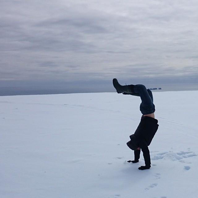 Gunnar Garfors parado sobre sus manos en un lugar con mucha nieve