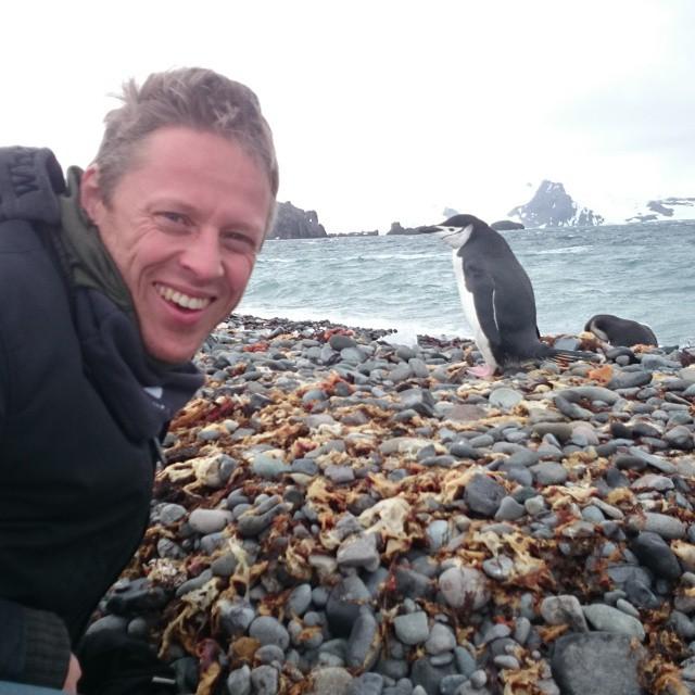 Gunnar Garfors con dos pingûinos