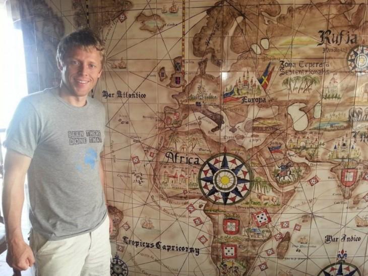 Gunnar Garfors delante de un mapa