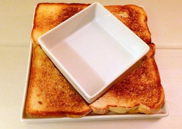 Plato centrado en medio de panes en forma de triángulo