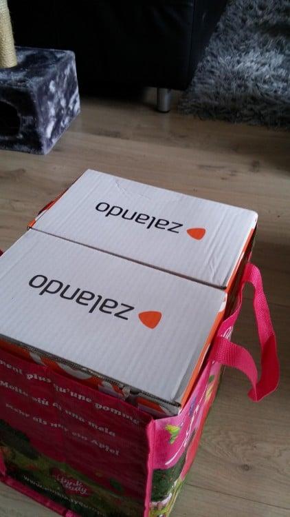 Cajas acomodadas perfectamente dentro de una bolsa de compras