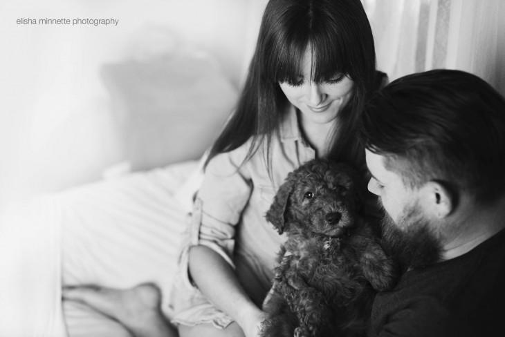 Esposa junto a su esposo con un perro en sus brazos