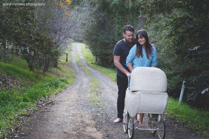 Pareja de esposo en un camino con una pequeña carreola