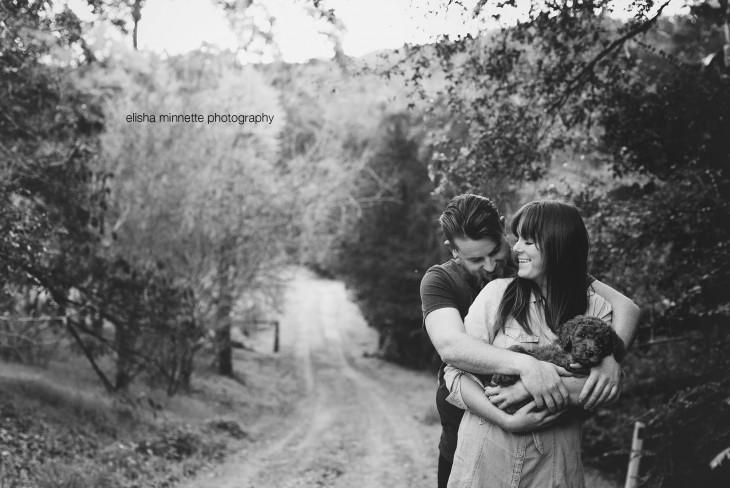 Pareja de esposos con un perro en sus brazos