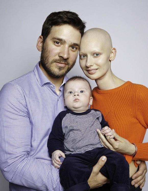 Modelo canadiense Elizaveta con su esposo y su bebé