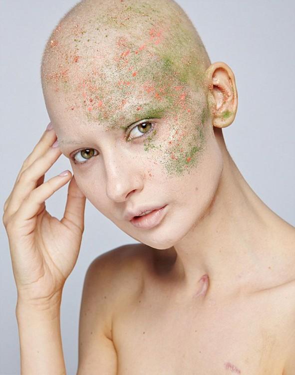 Fotografía de la modelo Elizaveta con un poco de pintura en su cabeza