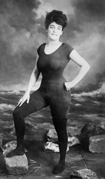 Annette Kellerman primer mujer en ponerse un traje de baño de una sola pieza