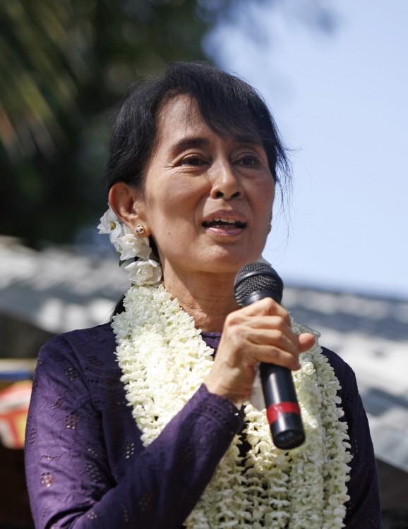 Suu Kyi mujer que estuvo bajo arresto domiciliario por 15 años