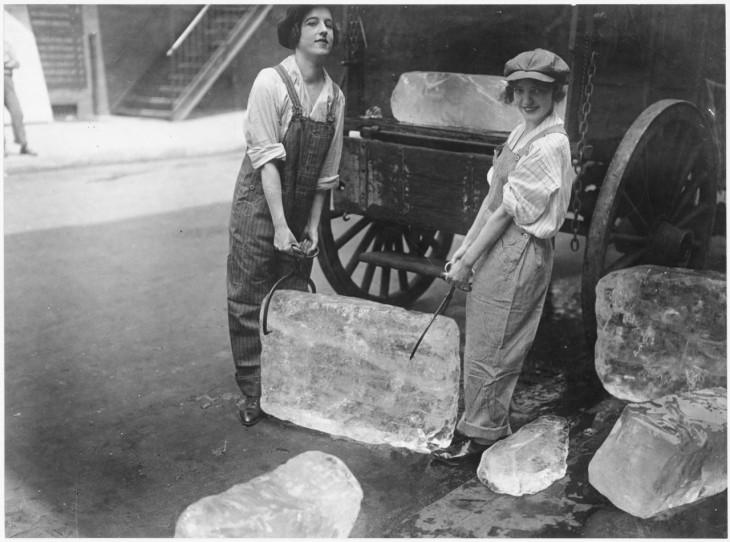 Chicas entregando hielo el 16 de septiembre de 1918