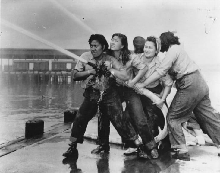 Fotografía de unas mujeres bomberas en Pearl en el año de 1941