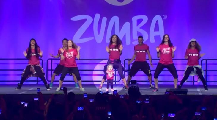 Pequeña niña con una rara enfermedad se sube al escenario de la convención internacional de zumba 2015