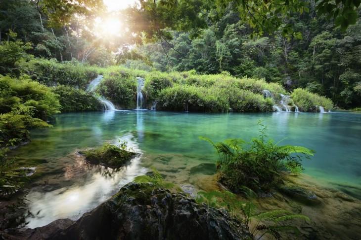 Paisaje con cascada en Guatemala