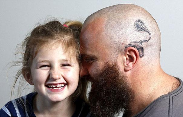 Alistair Campbell y su hija Charlotte juntando sus cabezas