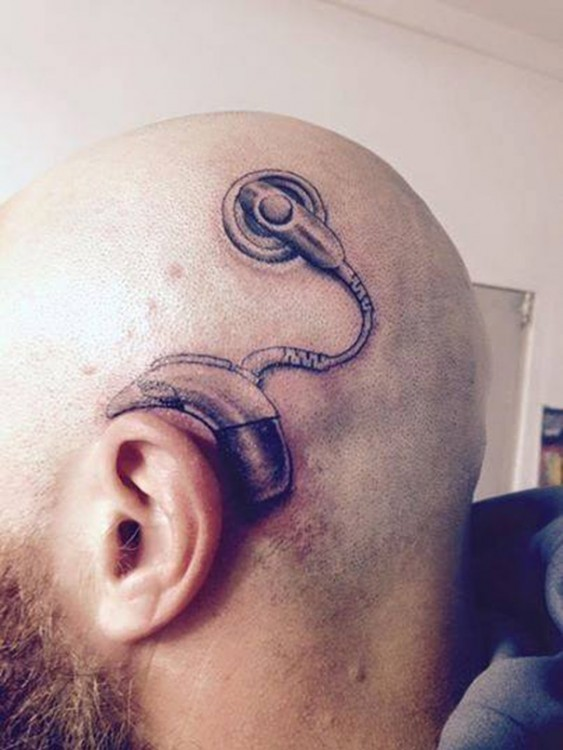 Tatuaje de un implante coclear en la cabeza de un hombre
