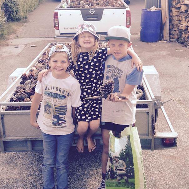 Charlotte Campbell junto a sus dos hermanos en Nueva Zelanda