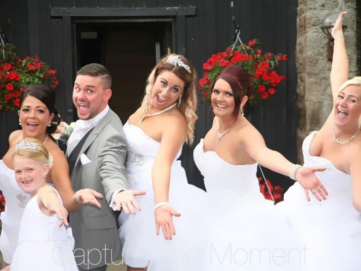 Damas de honor posando en una foto para una boda gay