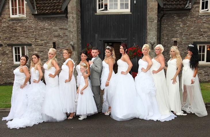 Fotografía de las damas de honor con vestido de novia junto a uno de los novios