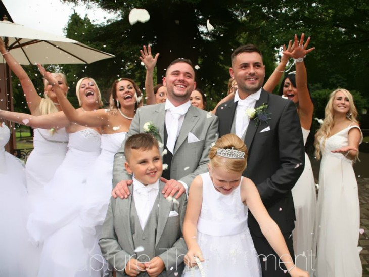 personas celebrando la boda de una pareja gay