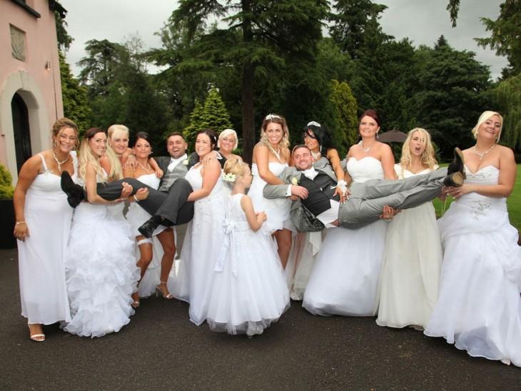 Pareja gay galesa siendo cargada por sus 10 damas de honor