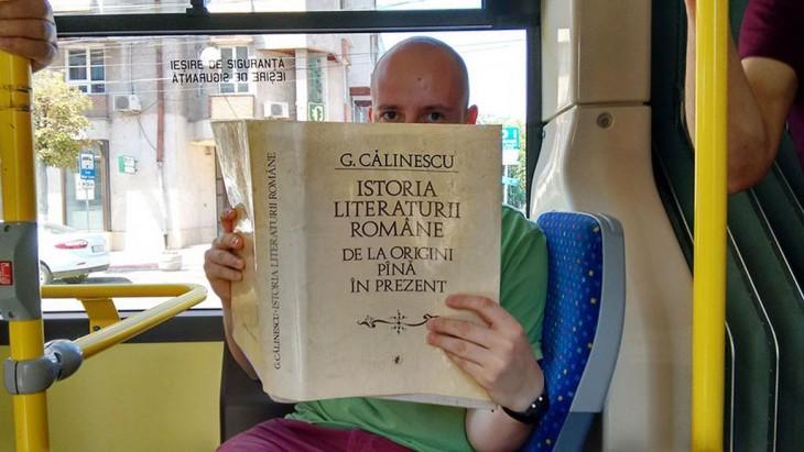 Un hombre con un libro en el autobús tapando la mitad de su cara