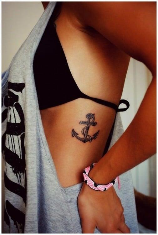 Tatuaje de un ancla en la parte costera de una chica