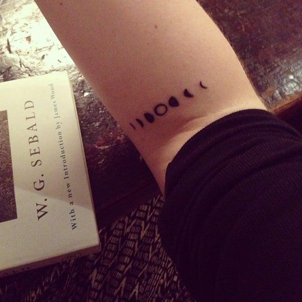 Tatuaje de las fases de la luna en un brazo