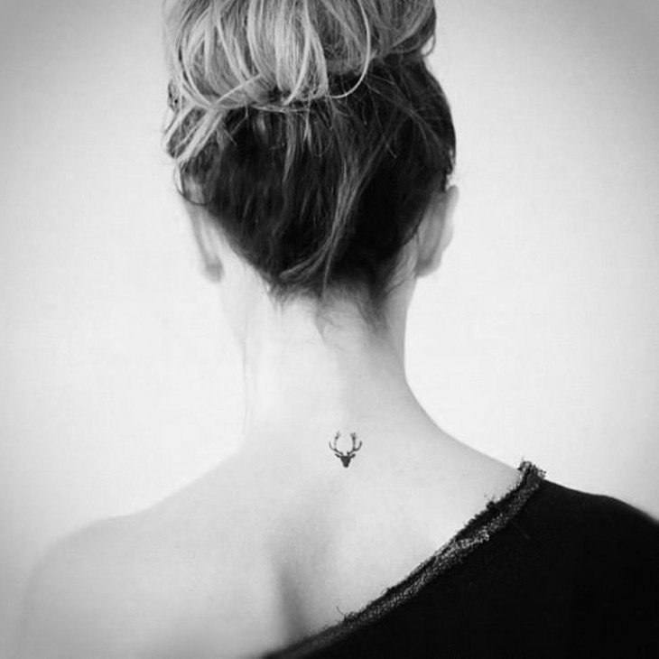 Tatuaje en la nuca de una chica