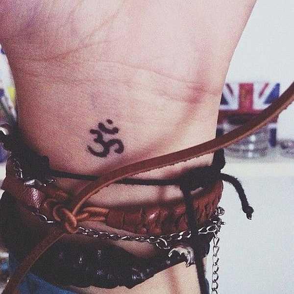 "Tatuaje en la muñeca con el Símbolo ""Ohm"""