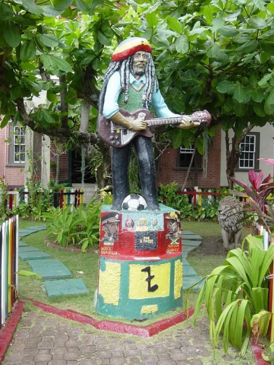 Monumento con la figura de Bob Marley