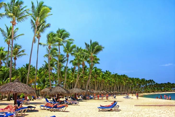 Personas disfrutando de la playa romana en República Dominicana